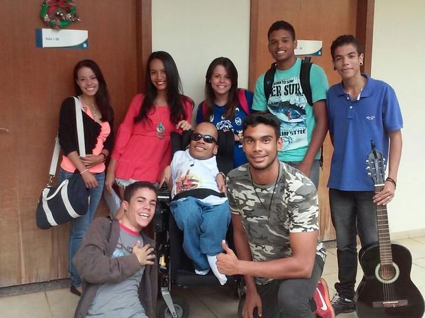 O brasiliense Alexandre Abade, que tem 'ossos de vidro', junto com amigos (Foto: Alexandre Abade/Arquivo Pessoal)