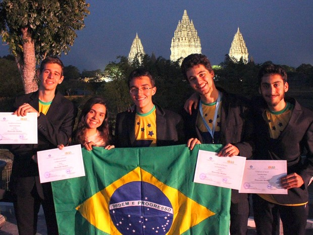 Brasileiros posam com premiação obtida na Olímpiada Internacional de Astronomia e Astrofísica (Foto: Divulgação)