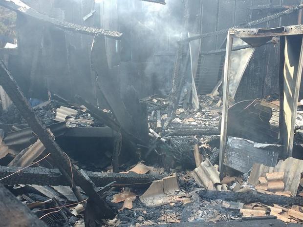 Estrutura de madeira ficou destruída pelas chamas (Foto: Natália Pessoa/Rede Amazônica)