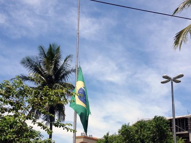 Bandeira do Brasil fica a meio mastro em São Vicente (Foto: Beatriz Lopes / TV Tribuna)