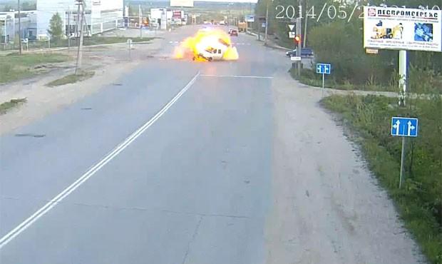 Batida violenta aconteceu na cidade de Syktyvkar, na Rússia. Seis pessoas ficaram feridas (Foto: Reprodução/YouTube/Pro Gorod11)