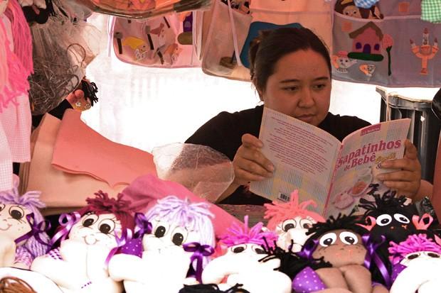 Bonequinhas de pano e sapatinhos de bebê também são vendidos na Feira (Foto: © Beatriz Simões Correia)