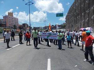Agentes de endemia e comunitários de saúde fazem manifestação para pedir aprovação do piso salarial, na inauguração da Via Expressa, Bahia (Foto: Ruan Melo/ G1)