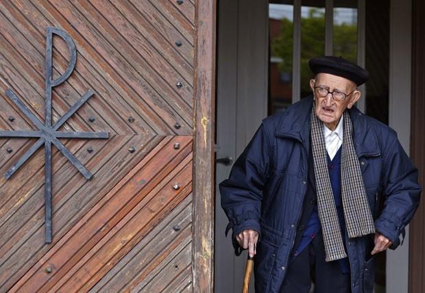 Clemens deveria ter se aposentado aos 75 anos, mas o bispo local pediu que ele permanecesse trabalhando até que um sucessor fosse encontrado. Quarenta anos depois, ele ainda está no trabalho e não há ninguém para sucedê-lo. (Foto: Yves Herman/Reuters)