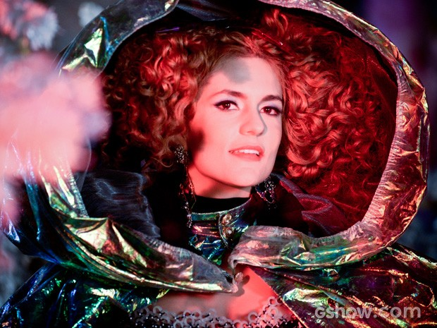 Gina finalmente descobre que é uma bela mulher (Foto: Raphael Dias / TV Globo)