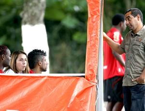 Zinho com Vagner Love, Patrícia Amorim e Léo Moura no treino do Flamengo (Foto: Marcos Trisão / Ag. O Globo)