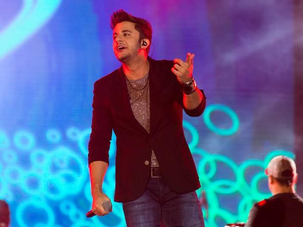 """Sábado (23) - Com arena lotada, cantor anima o público com """"Ziguiriguidum"""" (Foto: Érico Andrade/G1)"""