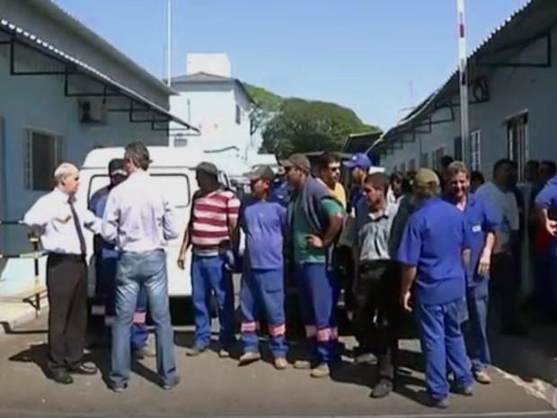 Funcionários do DAE entram em greve para cobrar horas extras atrasadas. (Foto: Reprodução/TV TEM)