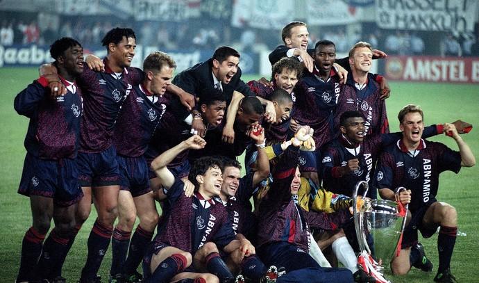Time do Ajax campeão da liga dos campeões 1995 (Foto: Agência AP)