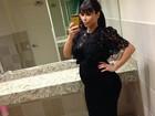 Kim Kardashian exibe barriga de gravidez em frente ao espelho