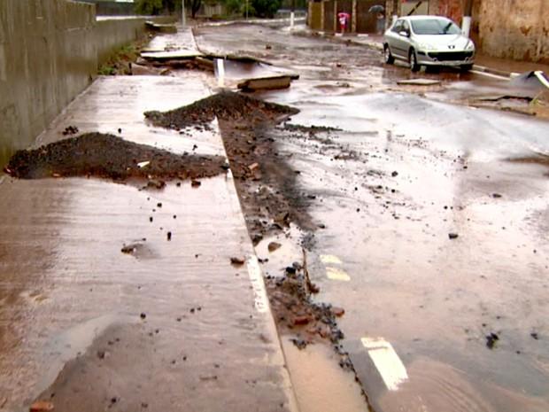 Asfalto do novo acesso do Piçarrão ficou destruído em Campinas  (Foto: Reprodução/EPTV)