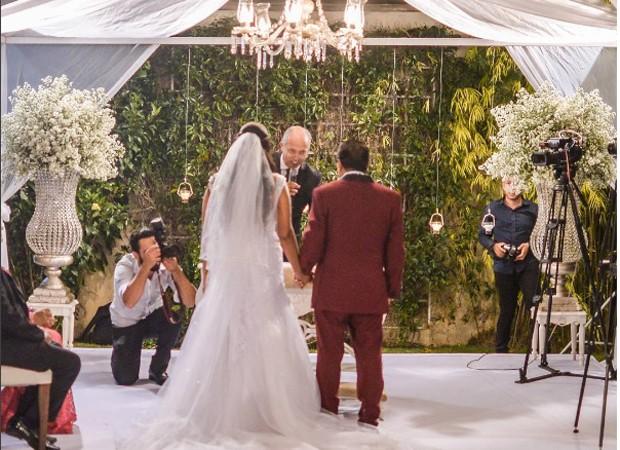 Os noivos durante a celebração (Foto: Reprodução/Instagram)