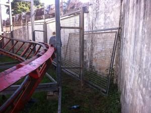 Toda a área do brinquedo estava cercada por grades. (Foto: Diego Souza/G1)