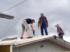 Ministério Público do Paraná reforçou a recomendação para que moradores não utilizem telhas de amianto (Foto: Adriana Calicchio/ RPC TV)