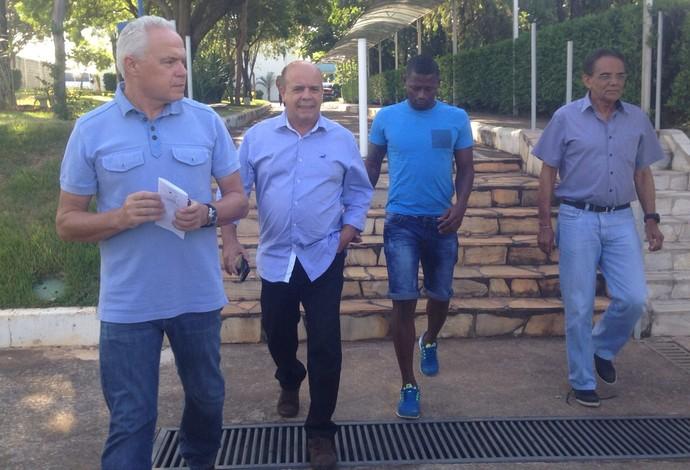 Riascos passou a tarde reunido com dirigentes do Cruzeiro (Foto: Luciana Machado)