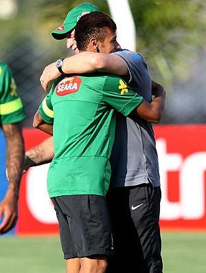 Neymar e Felipão abraço treino Seleção (Foto: Mowa Press)