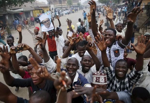 Eleitores do opositor Muhammadu Buhari celebram vitória dele nas eleições presidenciais em rua de Kano, na Nigéria (Foto: Goran Tomasevic/Reuters)