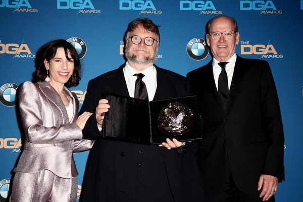Guillermo Del Toro entre os atores de A Forma da Água Richard Jenkins e Sally Hawkins (Foto: Getty Images)