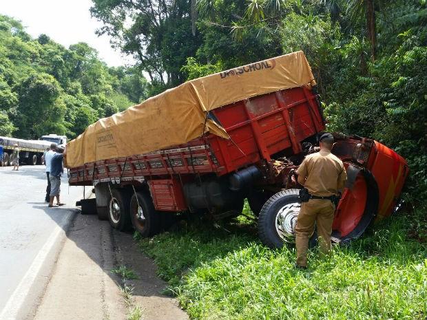 Passageiro da carreta caiu do veículo durante o acidente (Foto: Ivânia Bonatto/ Diário da Informação)