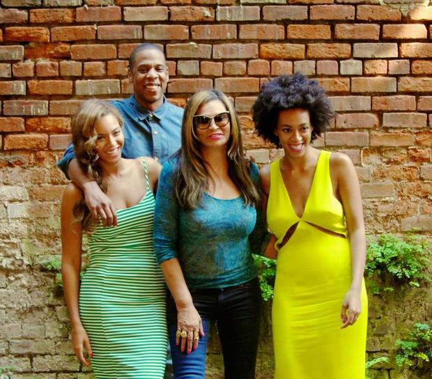 Beyoncé com Jay Z, a mãe e a irmã, Solange Knowles (Foto: Site Oficial / Reprodução)