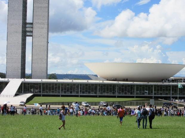 Estudantes protestam em frente ao Congresso Nacional (Foto: Luciana Amaral/G1)