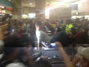 Manifestantes pularam catracas da Supervia (Foto: Daniel Silveira/ G1)