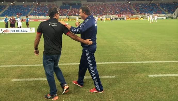 Roberto Fernandes - técnico do América-RN e Marcelo Martelotte - técnico do Atlético-GO (Foto: Augusto Gomes/GloboEsporte.com)