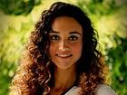 Defensora dos cachos, Débora Nascimento dá dica para cuidar dos cabelos enrolados