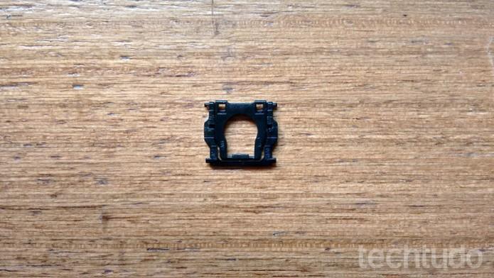 Armação da tecla do notebook devidamente encaixada  (Foto: Raquel Freire/ TechTudo)