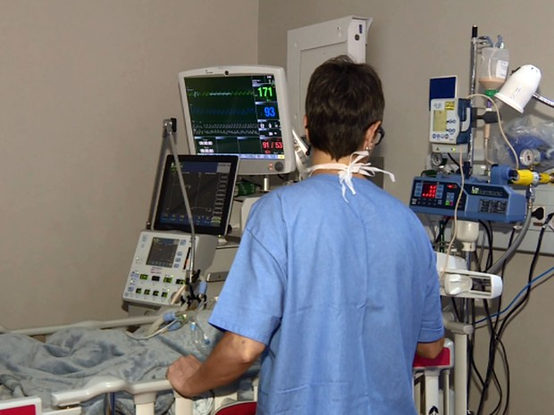Profissional da saúde observa paciente na ala pediátrica da Unicamp (Foto: Reprodução EPTV)