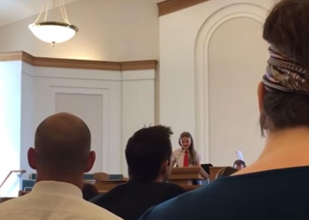Adolescente declarou ser lésbica durante encontro mórmon nos Estados Unidos (Foto: Reprodução G1/ You Tube)