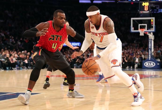 Carmelo Anthony, do New York Knicks, disputa lance com Paul Milsap, do Atlanta Hawks (Foto: Reuters/Anthony Gruppuso-USA TODAY Sports)