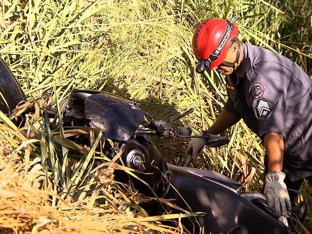 Bombeiro trabalha no resgate do corpo de Carlos Roberto de Souza, presidente da Máfia Azul que morreu em um acidente de moto em Nova Lima, na Grande BH (Foto: Reprodução/TV Globo)