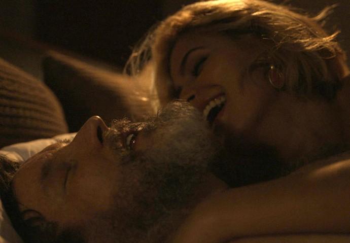 Mayara seduz Antenor e o leva para cama (Foto: TV Globo)