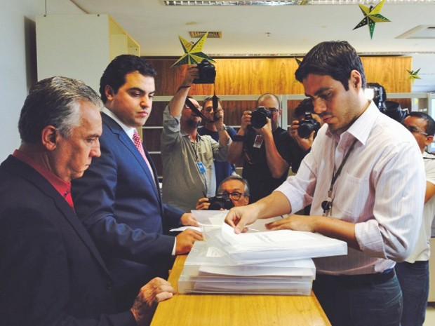 O secretário-geral do PT, Geraldo Magela (dir.), e o advogado da legenda, Gustavo Severo, ao protocolarem a candidatura da presidente Dilma Rousseff e a do vice Michel Temer à reeleição. (Foto: Filipe Matoso / G1)
