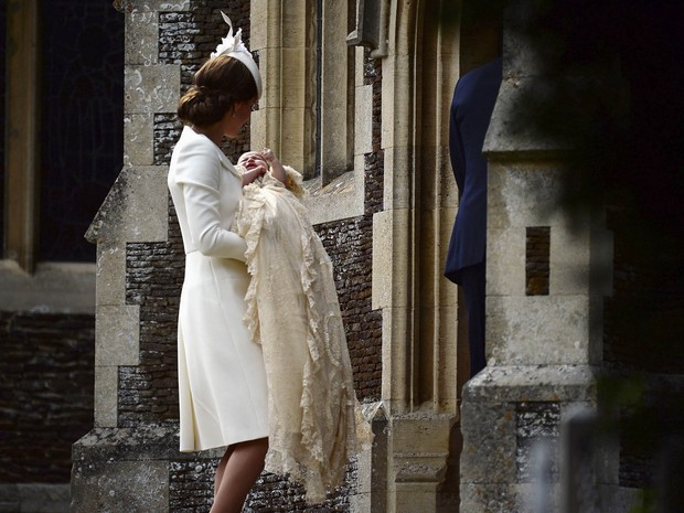 Kate Middleton leva sua filha, Charlotte, para ser batizada (Foto: AP)