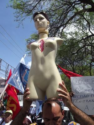 Boneco virou símbolo da marcha (Foto: Anderson Barbosa/G1)