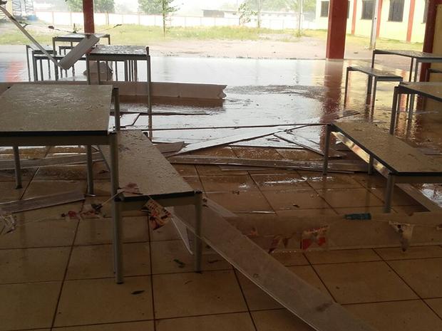 Forro da unidade escola caiu após chuva e vento forte (Foto: Milene Weiber)