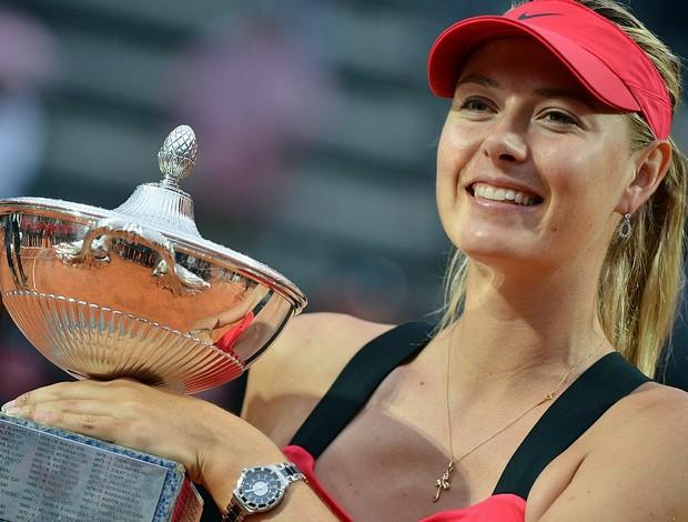 Maria Sharapova tênis Roma final troféu (Foto: AFP)