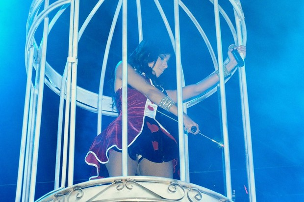 Anitta na gaiola durante a abertura do seu show no 'Chá da Alice' (Foto: Roberto Teixeira/EGO)