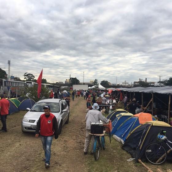 Governo federal cede área para acampamento de manifestantes favoráveis à Lula em Curitiba (Foto: Luís Lima)