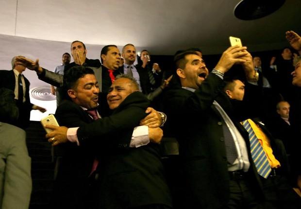 Motoristas comemoram após aprovação de projeto de regulamentação de aplicativos de transporte na Câmara (Foto: Wilson Dias/Agência Brasil)