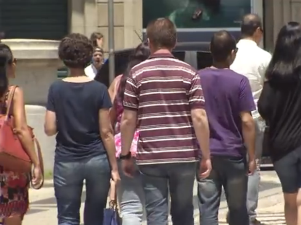 Calor dos últimos dias incomoda alguns profissionais (Foto: Reprodução/TV Tribuna)