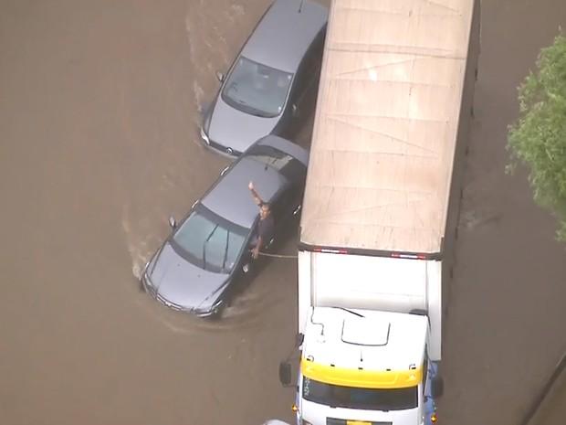 Chuva causa alagamentos nas zonas Leste e Sul de SP nesta terça (22) (Foto: Reprodução/TV Globo)