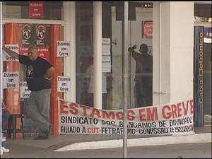 Agência do Banco Itaú anunciando greve com faixa (Foto: Reprodução/TV Integração)