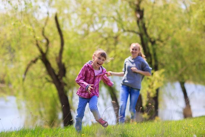 Brincar livremente é essencial para o desenvolvimento de habilidades importantes, como empatia social, coordenação, memória e resistência física (Foto: Divulgação)