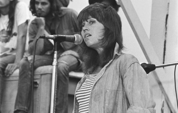 Em 1972, Jane Fonda, representando o Partido Republicano dos EUA, foi pessoalmente a um campo de guerra do então Vietnã do Norte para se declarar contra o conflito entre o país e o Vietnã do Sul. Mais de três décadas depois disso, em 2005, um vietnamita caminhou até a atriz em uma noite de autógrafos de sua autobiografia e cuspiu na cara dela. (Foto: Getty Images)