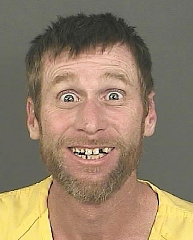 Michael Whitington, de 45 anos, posou sorridente para seu 'mugshot' (Foto: AP)