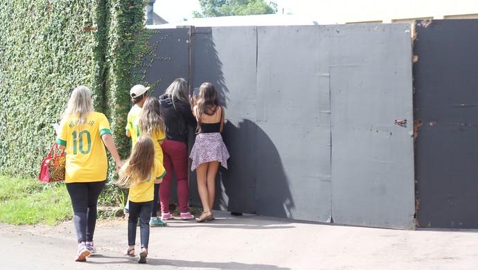 Torcedoras fazem plantão em frente a hotel da Seleção em Viamão (Foto: Diego Guichard)