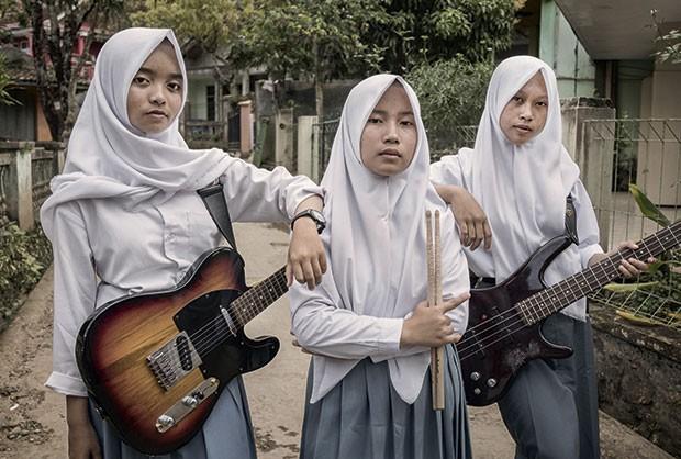 As integrantes da VOB: a cantora e guitarrista Firdda Kurnia, a baterista Euis Siti Aisyah e a baixista Widi Rachmawati (Foto: Rony Zakaria)